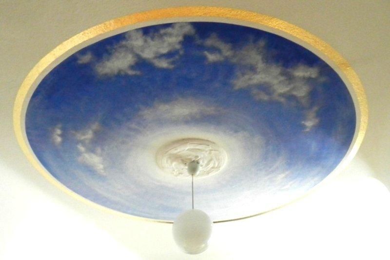 Wolken im blauem Sommerhimmel, natürlich gemalt mit Naturfarben