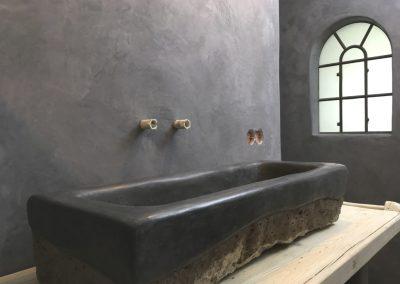 tadelakt_tadelakt-profi_tadelakt-potsdam_tadelakt_berlin_tadelaktwaschbecken_tadelakt-schwarz_tadelakt_badezimmer_tadelaktwand_am_fenster